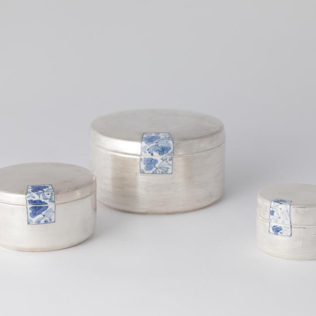 Porcelain silver coated round box (L) 백자청화통형 은합 大