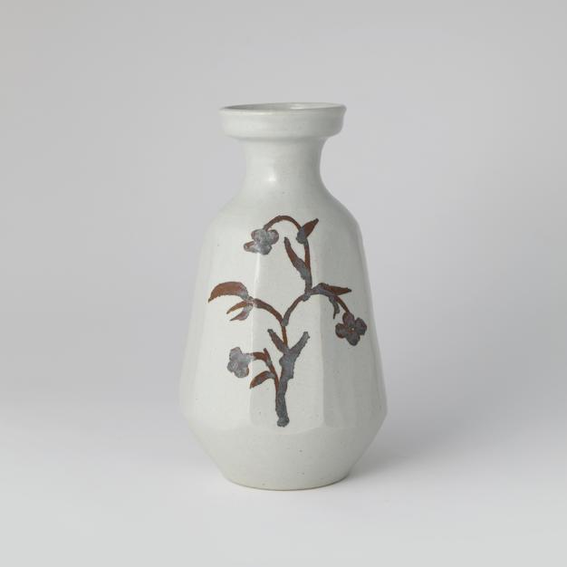 White Porcelain Faceted Bottle with Flower pattern Design in Underglaze Iron 고백자철사종주각병 by Ji Suntak