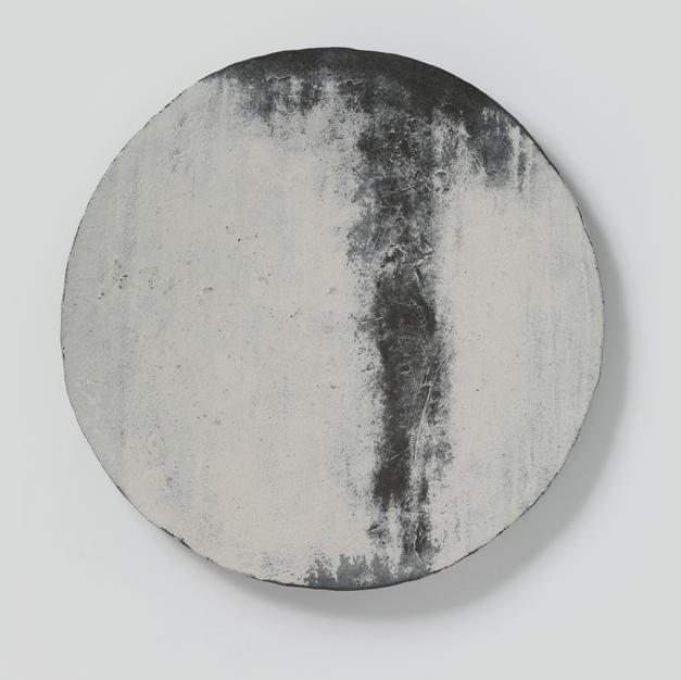 Buncheong plate with white slip-coated design 분 장수박지문대반 2 by Kim Daeyong