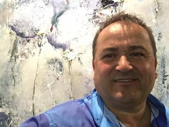 Ilija Šaula pred umetničkim delom Emilije Pašagić, Artexpo New York, 2017.