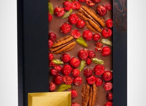 Молочный шоколад с орехами пекан, фисташками Бронте, ягодами красной смородины