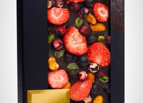 Горький шоколад c черной смородиной, клубникой, обжаренным арахисом с медом