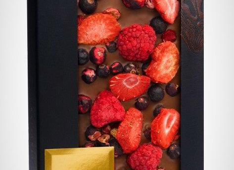 Молочный шоколад с кусочками малины, клубники, ягодами черной смородины