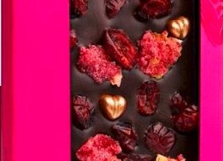 Горький шоколад с сердечками, лепестками розы, брусникой