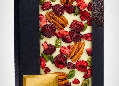 Белый шоколад с орехами пекан, кусочками вишни, ягодами малины