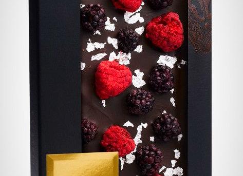 Горький шоколад со съедобным серебром, кусочками малины и ежевики