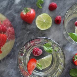 Fruitwater met basilicum, aardbeien, frambozen en limoen