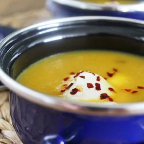 Gele paprikasoep met chilivlokken en crème fraîche