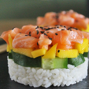 Sushi taartje met zalm, mango en komkommer