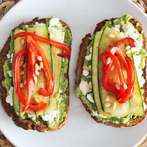 Broodje geitenkaas met avocado en gegrilde groenten
