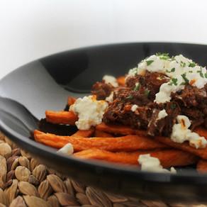 Zoete aardappelfrietjes met draadjesvlees en hüttenkäse