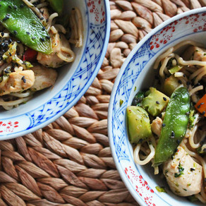 Noodles met honing-kip, asperges en broccoli