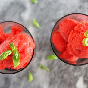 Aardbeien sorbetijs met basilicum