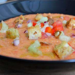 Gazpacho met basilicumolie en knoflookchips