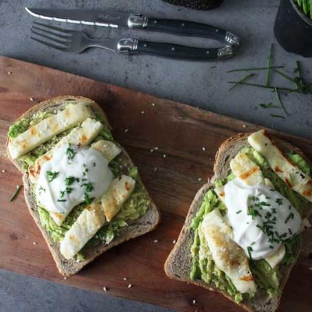 Broodje halloumi met avocado en Griekse yoghurt