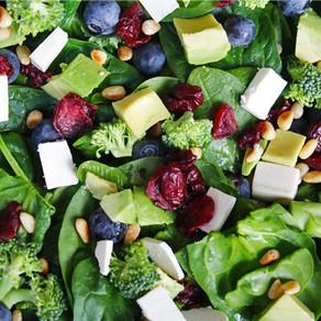 Spinazie broccoli salade met bosbessen
