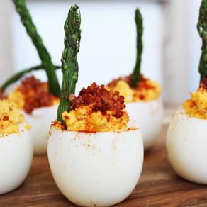 Gevulde eieren met asperges en bacon