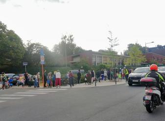 Duid grotere delen van de openbare weg aan als voetpad aan scholen