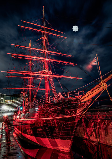 RRS Discovery Dundee in Red