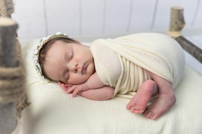 Newborn Lily met bloemenarrangement