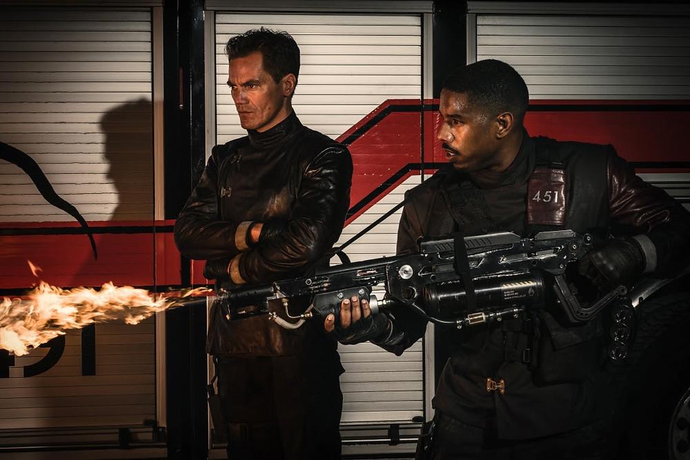 Michael Shannon e Michael B. Jordan em cena do telefilme Fahrenheit 451 (2017) | Foto: Divulgação (HBO)
