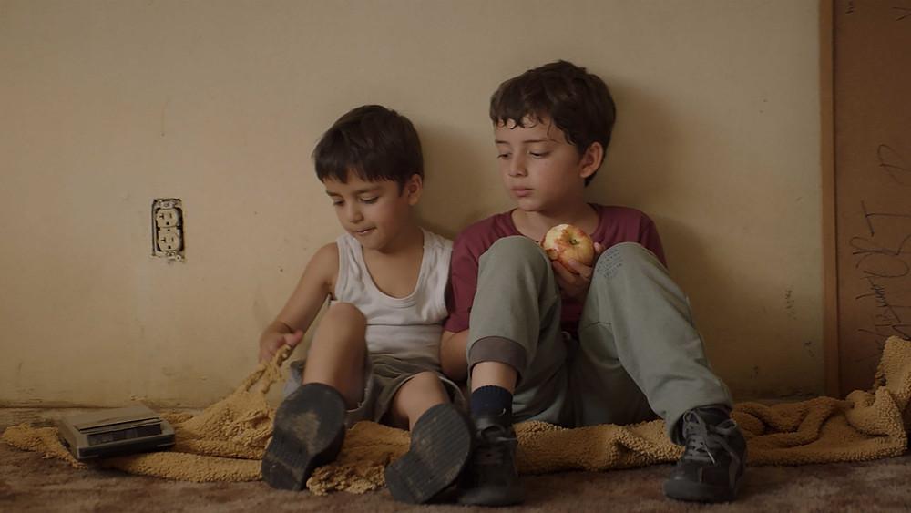 Leonardo Nájar Márquez e Maximiliano Nájar Márquez em cena do filme mexicano Lobos Lobos (2019), de Samuel Kishi Leopo | Foto: Divulgação (Olhar de Cinema)