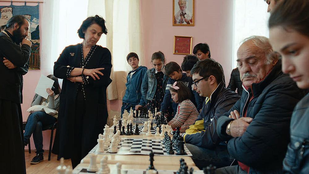 A enxadrista georgiana campeã mundial Nana Ioseliani em visita ao clube de xadrez de sua vila natal em cena do documentário Glória à Rainha (Glory to the Queen, 2020), de Tatia Skhirtladze | Foto: Divulgação (É Tudo Verdade)