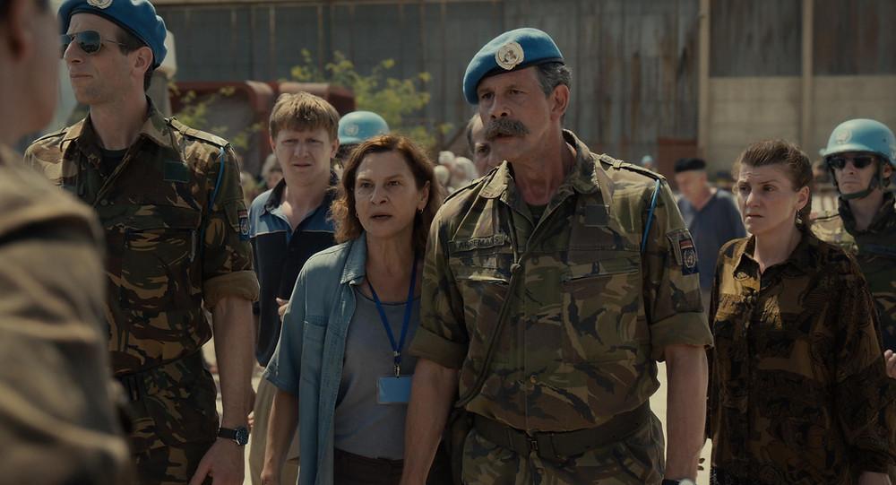 Jasna Đuričić, Johan Heldenbergh e elenco em cena do filme bósnio indicado ao Oscar, Quo Vadis, Aida? (2020), de Jasmila Žbanić   Foto: Divulgação (Synapse Distribution)
