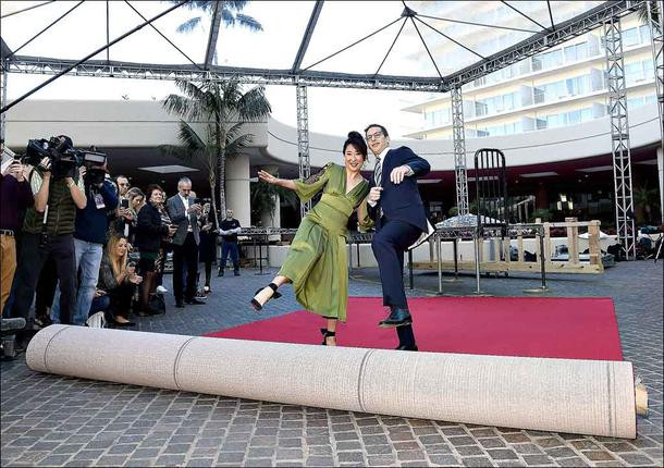 Sandra Oh e Andy Samberg na divulgação da 76ª edição do Globo de Ouro   Foto: Divulgação (HPFA)