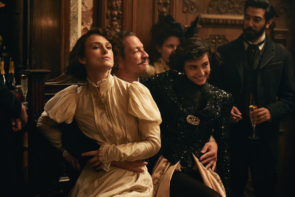 Keira Knightley, Dominic West e Aiysha Hart em cena do filme Colette (2018) | Foto: Divulgação (Diamond Films)