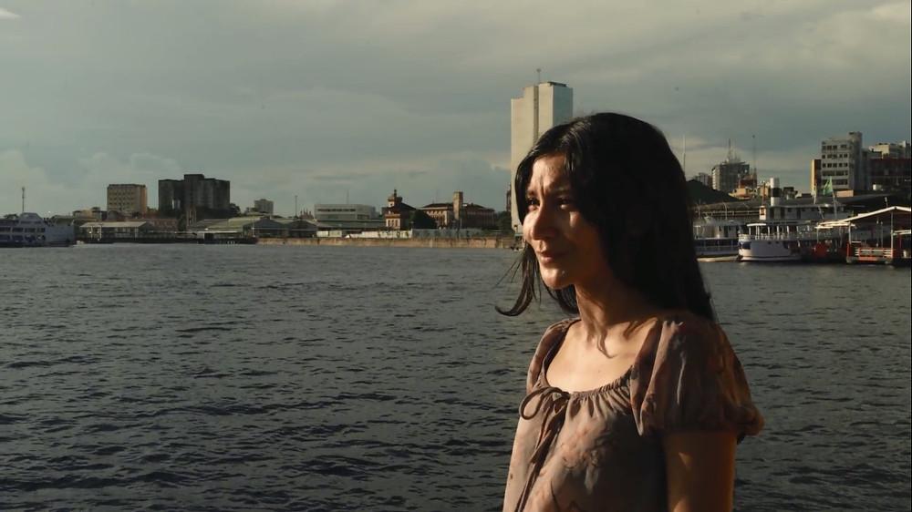 Isabela Catão em cena do curta amazonense O Barco e o Rio (2020), de Bernardo Ale Abinader | Foto: Divulgação (Festival de Gramado)