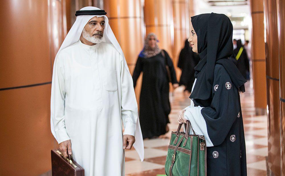 Mansoor Alfeeli e Fatima Al Taei em cena da série emiradense Justiça (Qalb Al Adala, 2017) | Foto: Divulgação (Netflix)