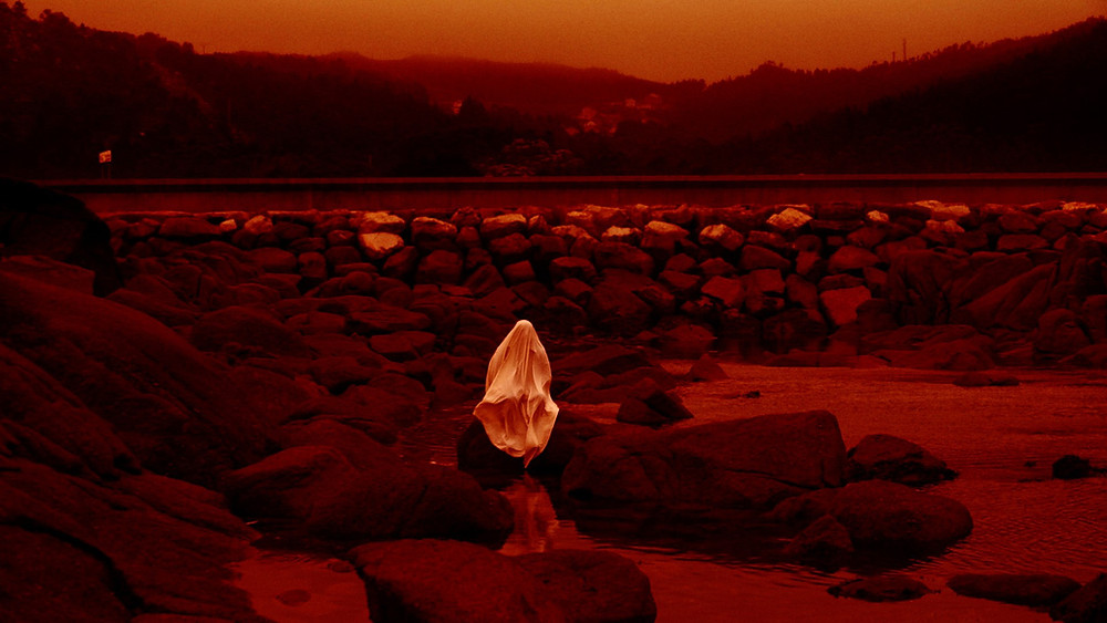 Cena do filme espanhol Lua Vermelha (Lúa Vermella, 2020), do cineasta galego Lois Patiño | Foto: Divulgação (Mostra Internacional de Cinema em São Paulo)
