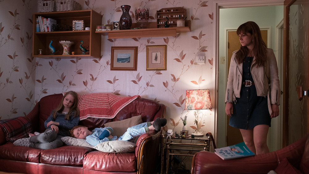 Daisy Littlefield, Adam Mitchell e Jessie Buckley em cena do filme britânico As Loucuras de Rose (2018) | Foto: Divulgação (Diamond Films)