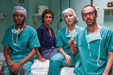 Ícaro Silva, Andréa Beltrão, Marjorie Estiano e Júlio Andrade em foto de divulgação do filme Sob Pressão (2016)