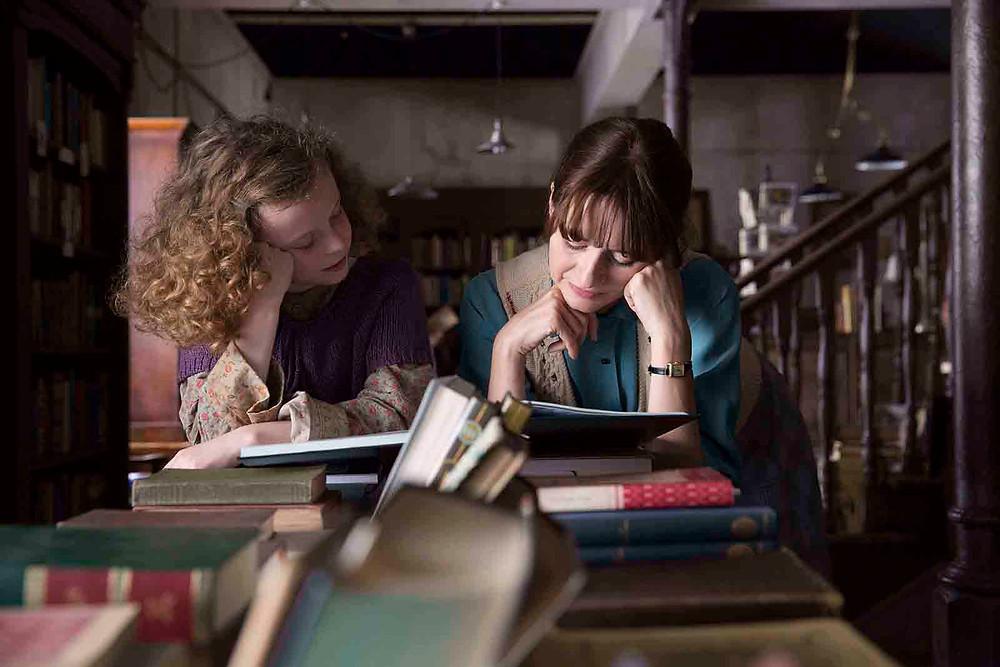 Honor Kneafsey e Emily Mortimer em A Livraria (The Bookshop, 2017) | Foto: Divulgação (Cineart Filmes)
