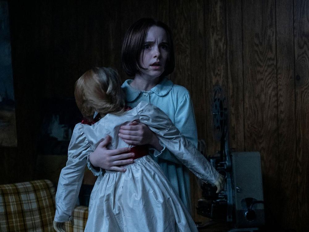 Mckenna Grace em cena do filme de terror Annabelle 3: De Volta Para Casa (2019) | Foto: Divulgação