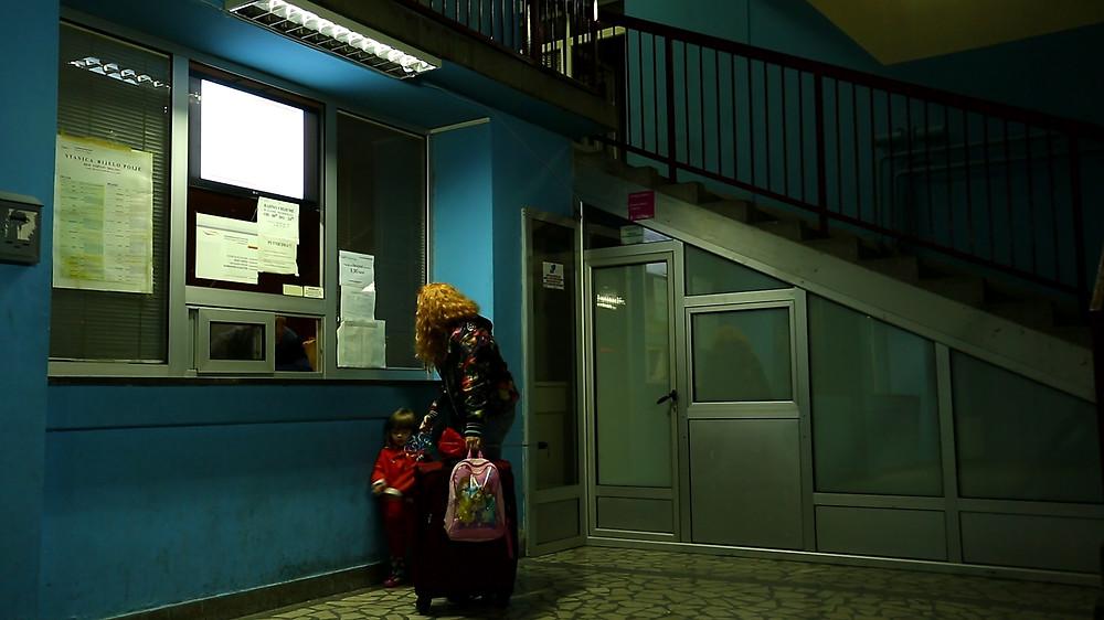 Aida Hadžibegović e a pequena Hava Đombić em cena de A Caótica Vida de Nada Kadic (2018) Foto: Divulgação