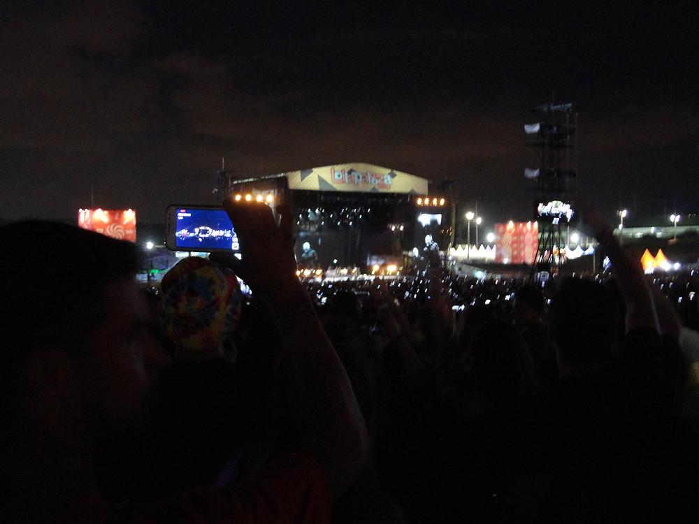 "A multidão de celulares com o britânico Liam Gallagher cantando ""Wonderwall"" no Lollapalooza 2018 | Foto: Nayara Reynaud"