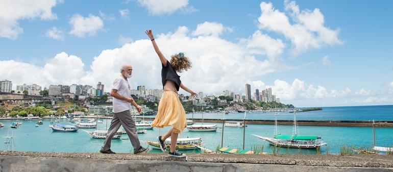 Everaldo Pontes e Rita Carelli em cena do filme Abaixo a Gravidade (2017), do cineasta baiano Edgar Navarro | Foto: Divulgação (Fênix Filmes)
