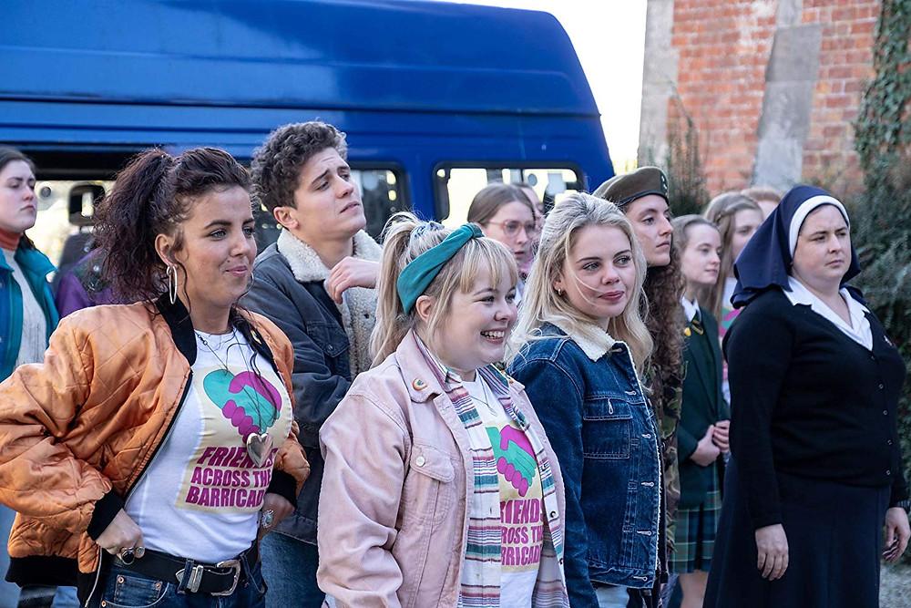 Jamie-Lee O'Donnell, Dylan Llewellyn, Nicola Coughlan, Saoirse-Monica Jackson, Louisa Harland e Siobhan McSweeney em cena do 1º episódio da 2ª temporada da série norte-irlandesa Derry Girls (2018-) | Foto: Divulgação (Channel 4)