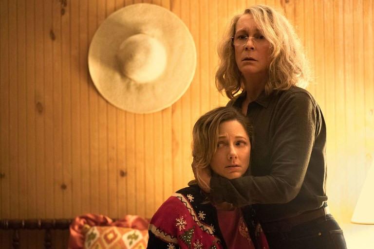 Judy Greer e Jamie Lee Curtis em cena de Halloween (2018)   Foto: Divulgação (Universal Pictures)