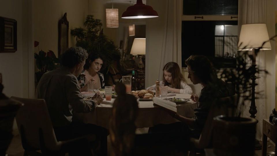 Emílio de Mello, Denise Fraga, Anita Ferraz e Tom Karabachian em cena do filme Fala Comigo (2016) | Foto: Divulgação (Vitrine Filmes)