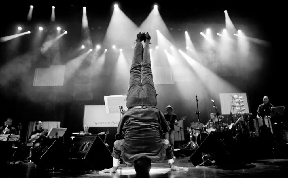 O cantor Jair Rodrigues plantando bananeira em um show, na imagem do documentário nacional Jair Rodrigues – Deixa que Digam (2020), de Rubens Rewald | Foto: Divulgação (Festival É Tudo Verdade | Créditos: Rafael Ianni)