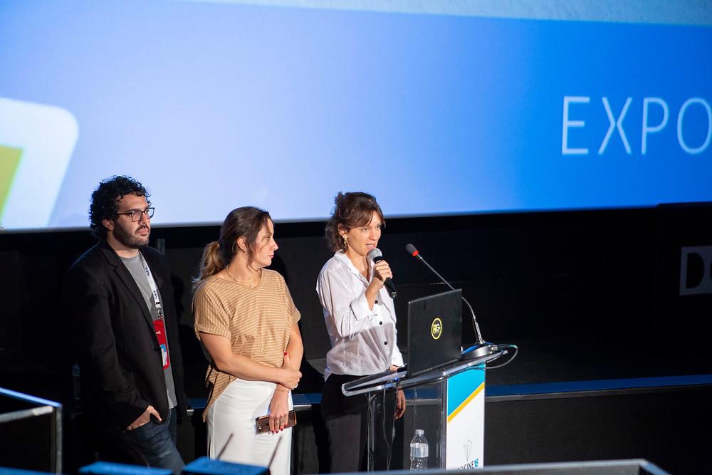 O diretor da distribuidora Gabriel Gurman, a cineasta Joana Mariani e a produtora Diane Maia apresentando Todas as Canções de Amor (2018) na Expocine18 | Foto: Divulgação (Expocine)
