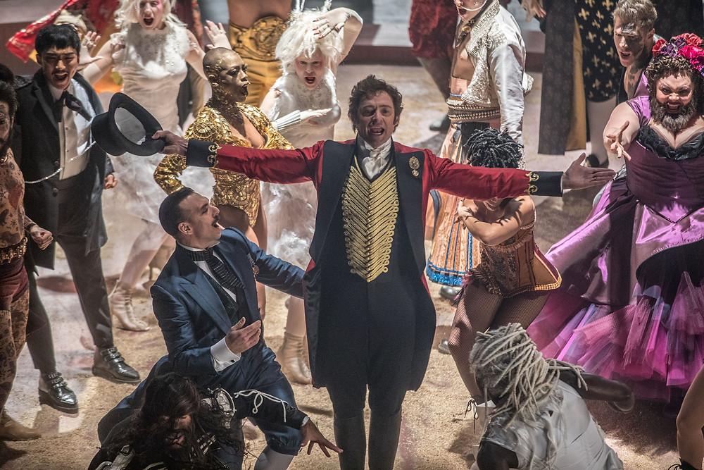 Hugh Jackman e elenco em cena do filme musical O Rei do Show (The Greatest Showman, 2017) | Foto: Divulgação (20th Century Fox)