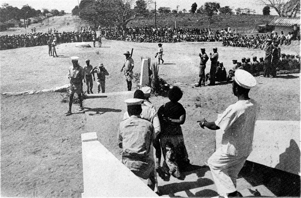 Cena da encenação documentada pelo filme Mueda: Memória e Massacre (1979), dirigido por Ruy Guerra, que é considerado o 1º longa de Moçambique | Foto: Divulgação