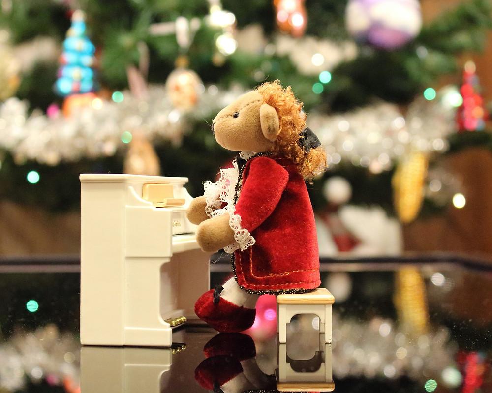 Urso de pelúcia como Mozart em decoração natalina | Foto: klimkin (Pixabay)