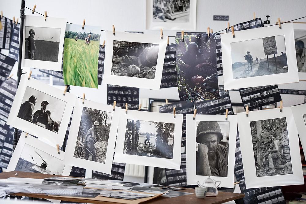 As imagens do fotojornalista francês Gilles Caron na Guerra do Vietnã, dispostas em uma cena do documentário francês História de um Olhar (Histoire d'un Regard / Looking for Gilles Caron, 2020), de Mariana Otero | Foto: Divulgação (É Tudo Verdade)