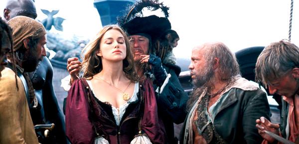 Keira Knightley, Geoffrey Rush e elenco em cena do Piratas do Caribe: A Maldição do Pérola Negra (Pirates of the Caribbean: The Curse of the Black Pearl, 2003) | Foto: Divulgação (Disney)